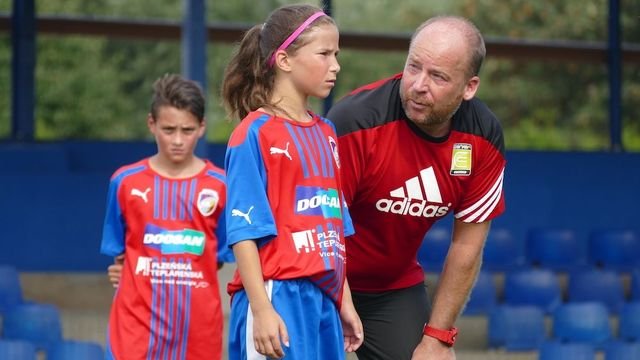 Gordon Craig s fotbalovými žáky Viktorie Plzeň na tréninku podle metody coerver