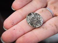 Obří poklad je ještě dvakrát větší. Vědci zkusili orat a našli na Pardubicku dalších 700 mincí