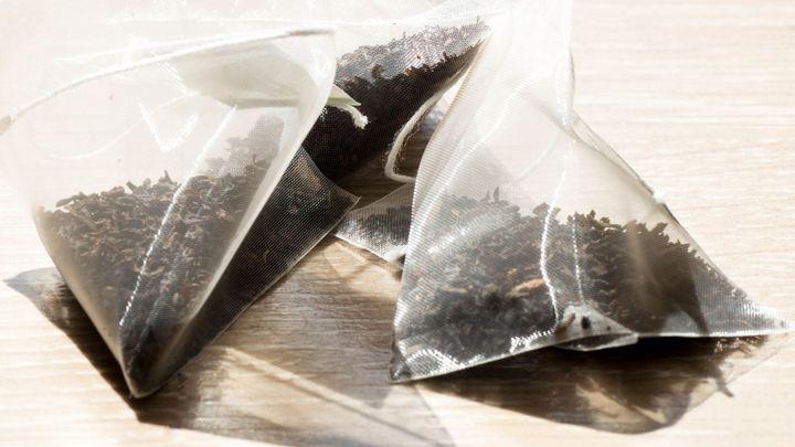 Čajové sáčky uvolňují i miliardy mikroplastů. Dopad na zdraví ale zatím vědci neznají