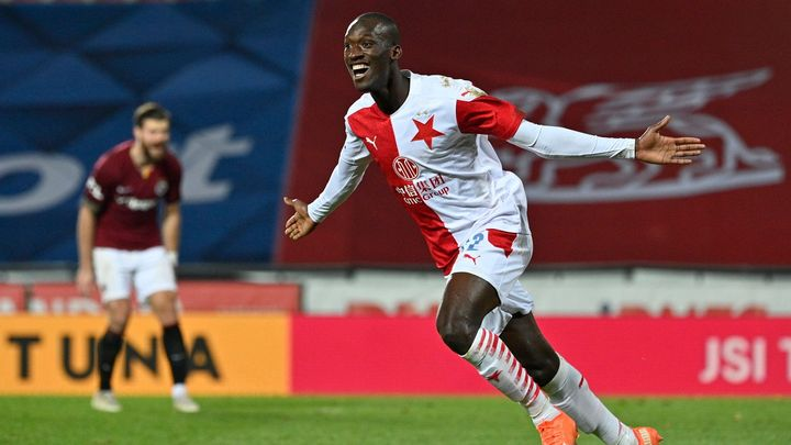 Slavia v derby vyplenila Letnou. Kolář chytil penaltu, Sima rozhodl dvěma góly