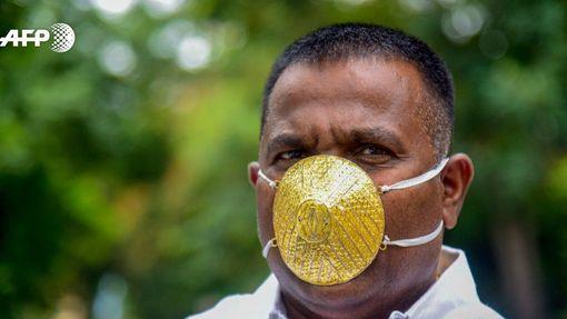 Indický podnikatel se zlatou maskou