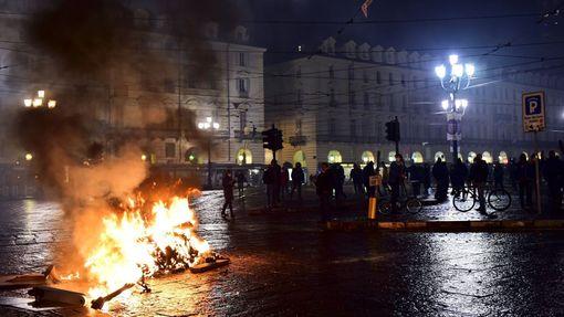 Protesty proti koronavirovým opatřením v Turíně.