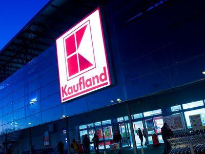 Kaufland propustil pokladní s hákovým křížem na předloktí. Dřív nosila dlouhý rukáv, hájí se