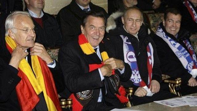 Výsledek obrázku pro foto Zleva doprava: bývalý bavorský premiér Edmund Stoiber, Gerhard Schröder, Vladimir Putin a Dmitrij Medveděv.