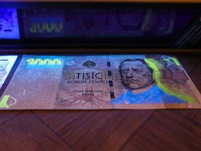 ČNB ukázala, jak poznat falešné bankovky. Podívejte se, s čím loni přišli padělatelé
