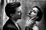 Helmut Newton: David Lynch a Isabelle Rosselliniová, Los Angeles, 1988.