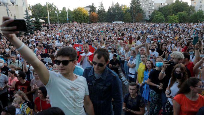 """Běloruské úřady pořádaly provládní akci, dýdžejové ji nabourali písní """"Chci změny"""""""