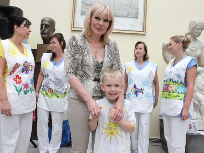 Vymyslete něco, aby se děti tolik nebály, prosil lékař. Návrhářka oblékla doktorům veselé zástěrky