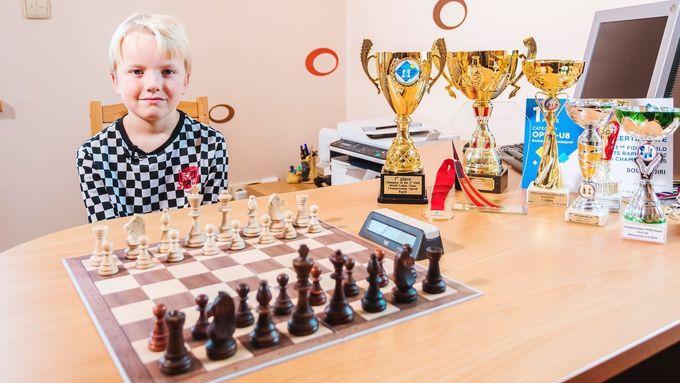 Osmiletý šachista Jiří Bouška se svými trofejemi.