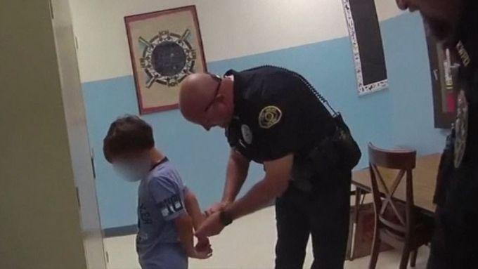 Na pouta má moc malé zápěstí. Policisté zatkli osmiletého chlapce za údajné napadení učitele