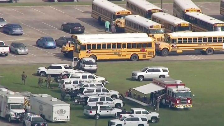 Na střední škole v Texasu vraždil sedmnáctiletý student. Deset lidí zabil, dalších deset zranil