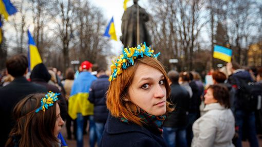 A woman wearing a national flower crown looks back as she attends a pro-Ukrainian rally in Luhansk, eastern Ukraine April 15, 2014.