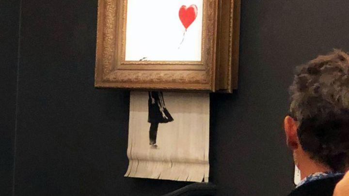 Banksy chtěl při dražbě zničit celý obraz, při aukci se mechanismus omylem zasekl