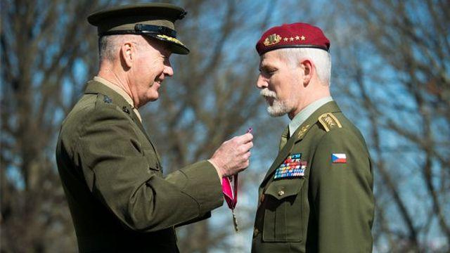 Generál Pavel přebírá nejvyšší americké vojenské vyznamenání pro cizince, tzv. Legion of Merit.