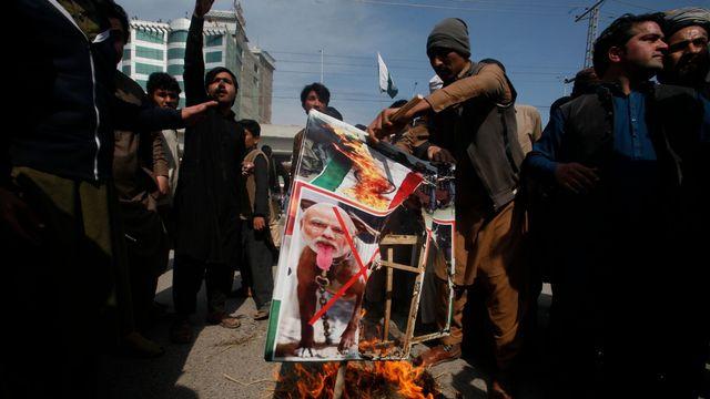 453c283193e Pákistán chce uklidnit krizi v Kašmíru. Pustí na svobodu zajatého indického  pilota
