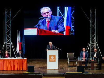 Živě: Suchá a neposolená je skýva opozice, řekl Zeman na sjezdu ČSSD. Vyzval, ať jednají s ANO