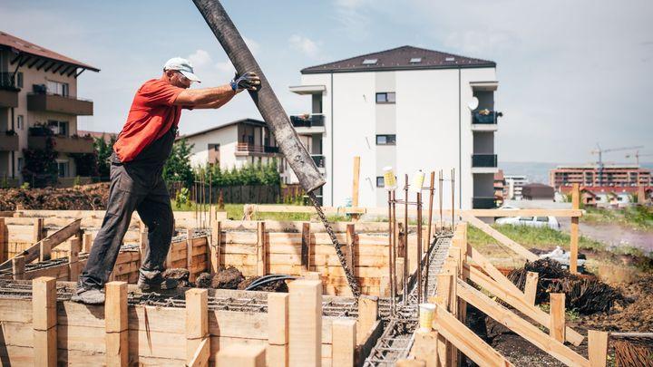 Stavebnictví je na sedmiletém minimu, podle expertů chybí zahraniční pracovníci