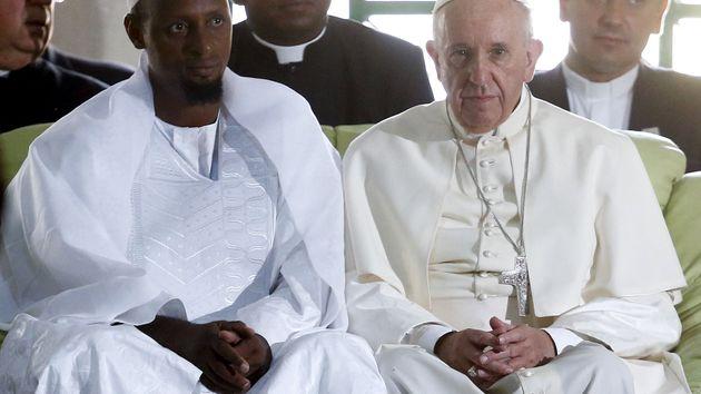 Papež s imámem v Bangui, v mešitě Koudoukou. Francouzské tajné služby ho varovaly, ať tam nechodí. Šel. Odmítá strach.