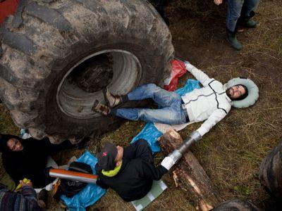 Foto: Češi blokovali těžbu pralesa chráněného UNESCO. Připoutali se k obřím strojům