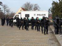 Demonstranti napadli vůz Českého rozhlasu. Policie na žádost o pomoc nereagovala, stěžuje si médium