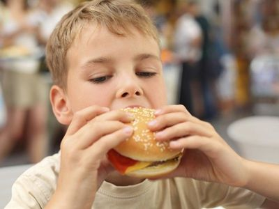 Dítě nemá šanci z obezity vyrůst, v Česku je tlustých víc než v USA, říká obezitolog