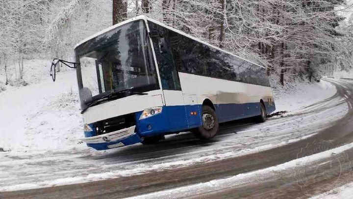 Sníh komplikuje provoz na silnicích, D35 je kvůli nehodě průjezdná jen jedním pruhem
