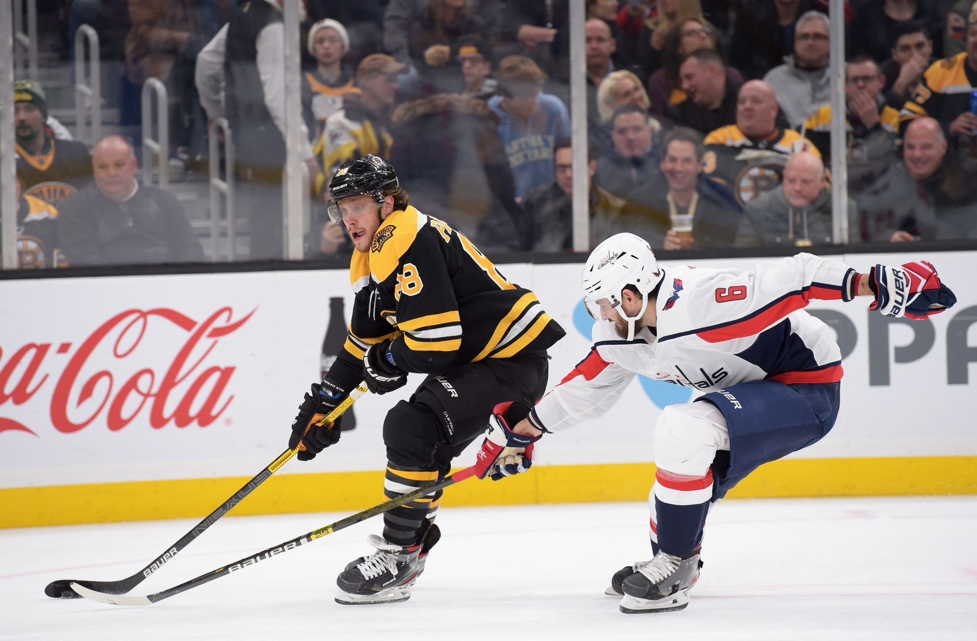 NHL 2019/20, Boston - Washington: David Pastrňák v souboji s Michalem Kempným