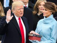 První okamžik, kdy se dotkl knihy. Trumpovou inaugurací se baví svět na sociálních sítích