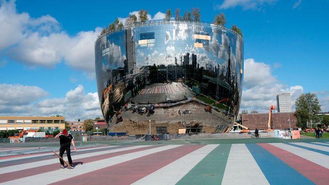 Zrcadlový plášť, březový háj na střeše. Muzeum v Rotterdamu postavilo nový depozitář
