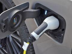 Baterie plug-in hybridní řady 3 má 12 kWh a dobíjet ji lze maximálně výkonem 3,7 kW. Doplna to trvá 2,4 hodiny.