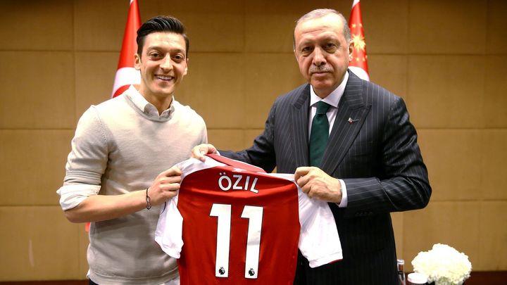 Nadšení fanoušků, obdiv k Erdoganovi i roztržka s Čínou. Özilova zlatá klec se taví