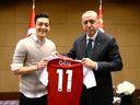 Özil po aféře kolem fotky s Erdoganem skončil v reprezentaci. Šéfa svazu označil za rasistu