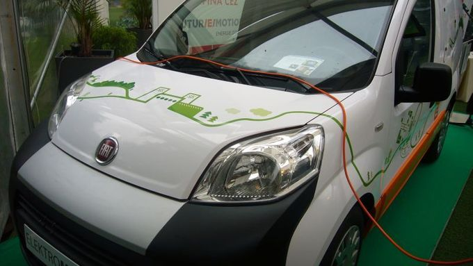 ČEZ presents the first two electric cars.