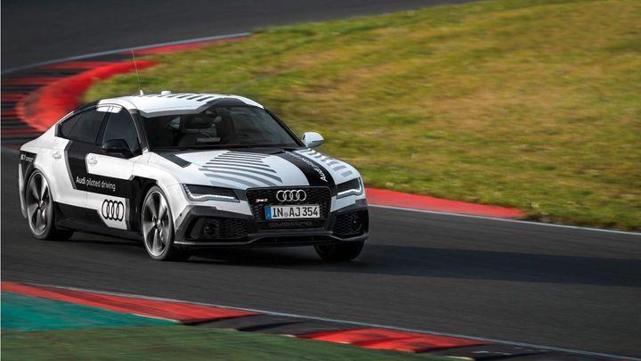 Audi RS7 jede závod na okruhu před diváky. Ale bez řidiče