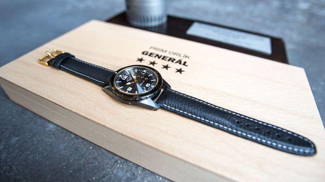 c7d2708e19a Foto: Čeští hodináři představují luxusní hodinky vyřezané z tanku. Koupit  si je mohou jen generálové - Aktuálně.cz