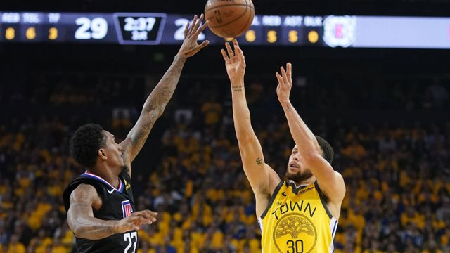 Lou Williams (vlevo) z LA Clippers blokuje střelu Stephena Curryho, hvězdy Golden State