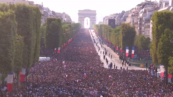 Video: Elysejská pole zaplněná fanoušky. Francouzi oslavili triumf fotbalistů na mistrovství světa