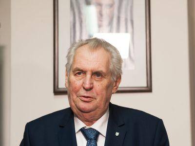 Živě: Zeman chce přesvědčit voliče předvolebním spotem, u bookmakerů posiluje