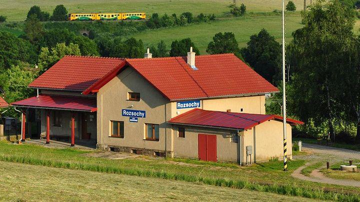Tohle je nejkrásnější nádraží v Česku. Najdete ho na Vysočině ve vesničce Rozsochy
