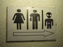 Pozor na hřebíky, WC pro mimozemštany, poplatky do koše. Projděte si zajímavé cedule a pošlete další