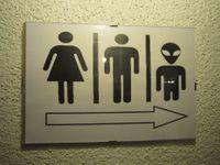 Pozor na hřebíky, WC pro mimozemšťany, poplatky do koše. Projděte si zajímavé cedule a pošlete další