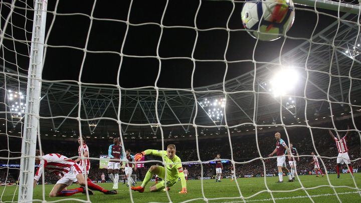 Carroll se vrátil po zranění a připravil Stoke těsně před koncem o výhru
