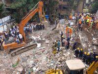 V Bombaji spadl čtyřpatrový dům. Pod troskami mohly uvíznout desítky lidí