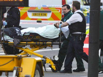 Policie dál odmítá zveřejnit identitu teroristy z Londýna. Během noci a rána pozatýkala sedm lidí