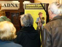 Obrazem: Poslední ovace vestoje pro Lubomíra Lipského. Čestnou stráž stály desítky herců
