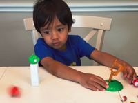 Šestiletý youtuber vydělává čtvrt miliardy korun ročně za to, že představuje hračky