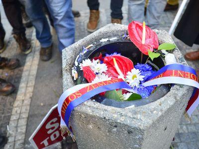 Foto: Vyhrocený 17. listopad na Národní třídě. Piety provází pískání i potlesk