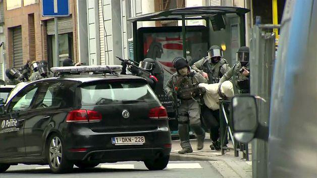 Belgická policie během razie, při níž byl zadržen Salah Abdeslam