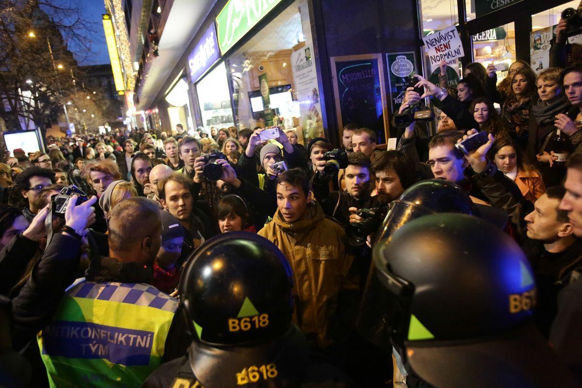 Výsledek obrázku pro foto protesty v praze okamura