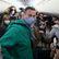 Navalnyj letí zpět do Ruska. Policie před příletem na letišti rozhání lidi a zatýká